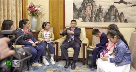 图为小记者们采访申小林.jpg