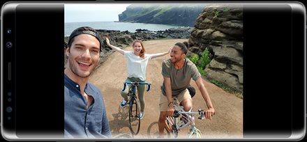 用盖乐世 Note8 前置摄像头拍摄的三个人在一条土路上骑自行车的照片。